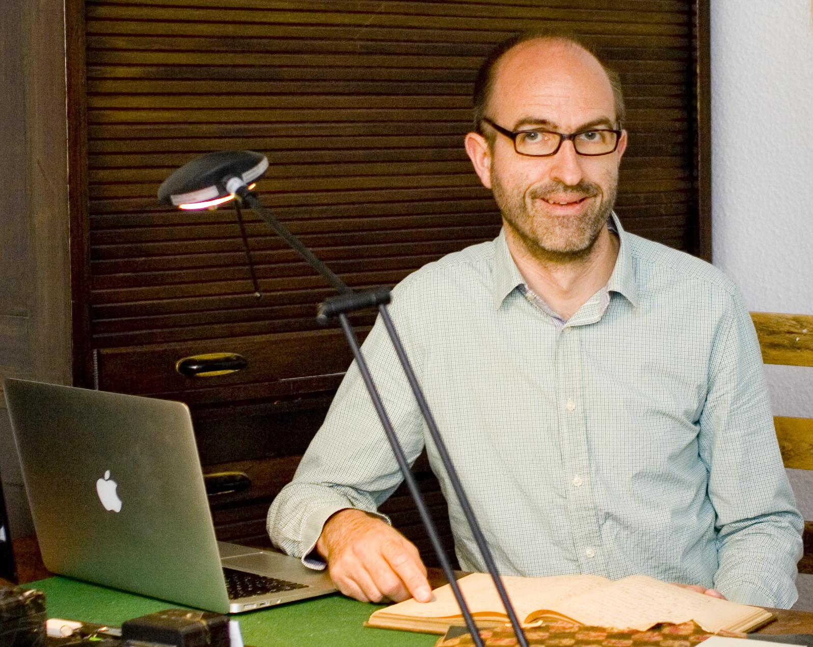 Genealoge Marc Jarzebowski in seinem Büro in Berlin