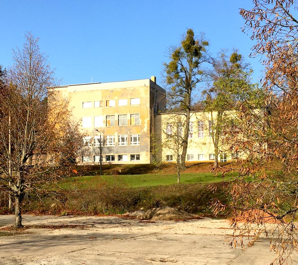 Friedensstadt Glau: die ehemalige Schule, heute Gemeindezentrum