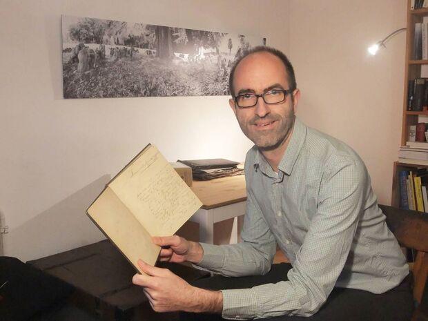Marc Jarzebowski mit dem Tagebuch August Wilhelm Gildemeisters