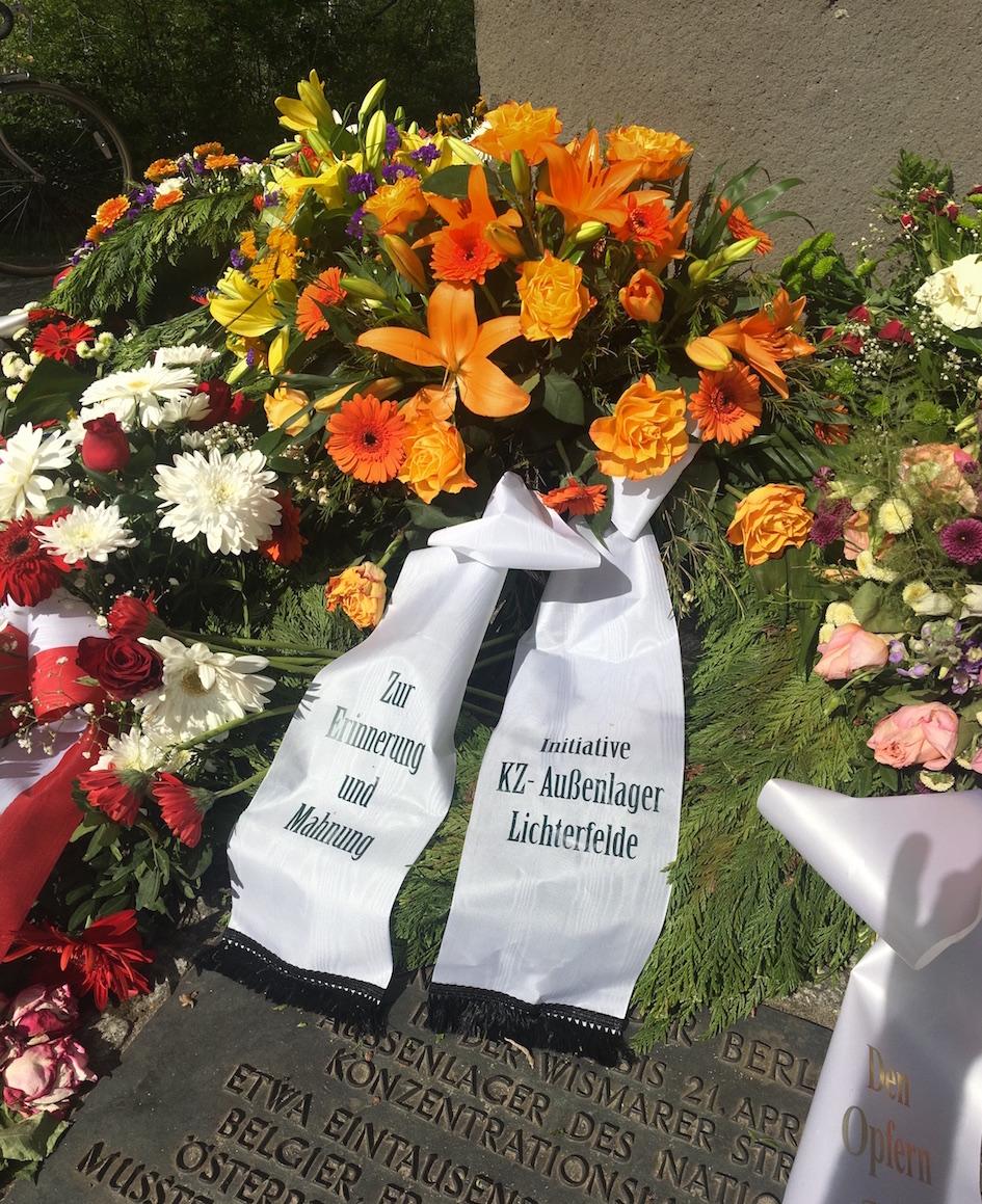 KZ Aussenlager Lichterfelde Blumen am Mahnmal